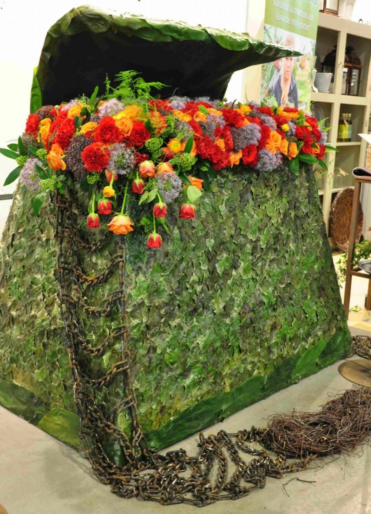 Floristkonstverk kan bestå av olika naturmaterial som blommor, grenar, löv.