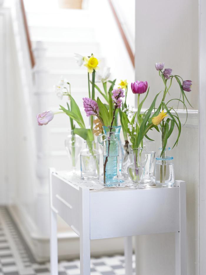 Trendigt är att placera tulpanerna en och en i luftiga arrangemang.