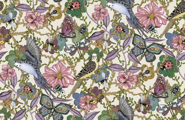 Mönstret Budgies kombinerar frodig grönska med vackra fåglar och fladdrande fjärilar.