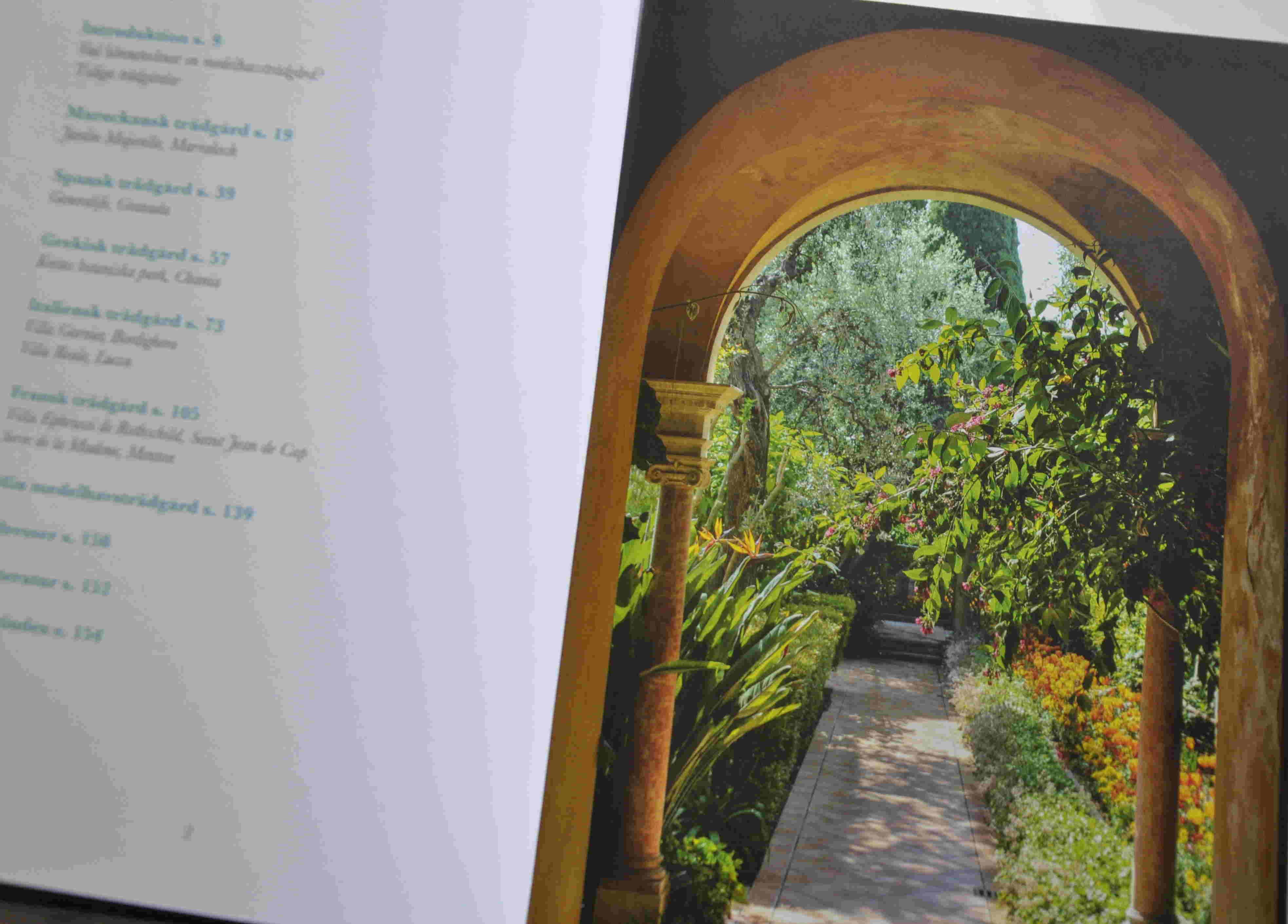 Många illustrationer från medelhavsträdgårdar och medelhavsväxter kryddar texten.