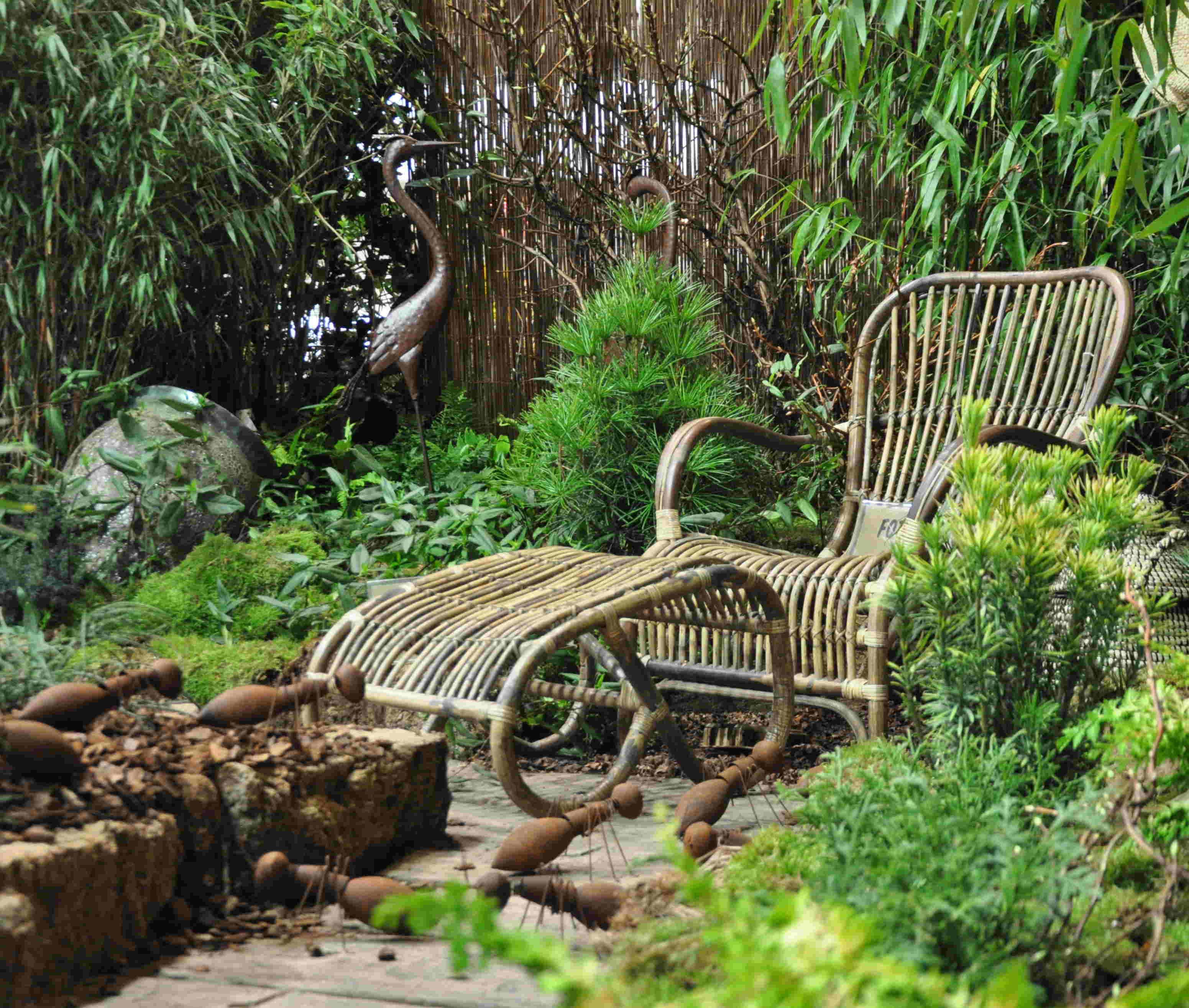 Vilstolen i bambu smälter in i en naturlik trädgård.