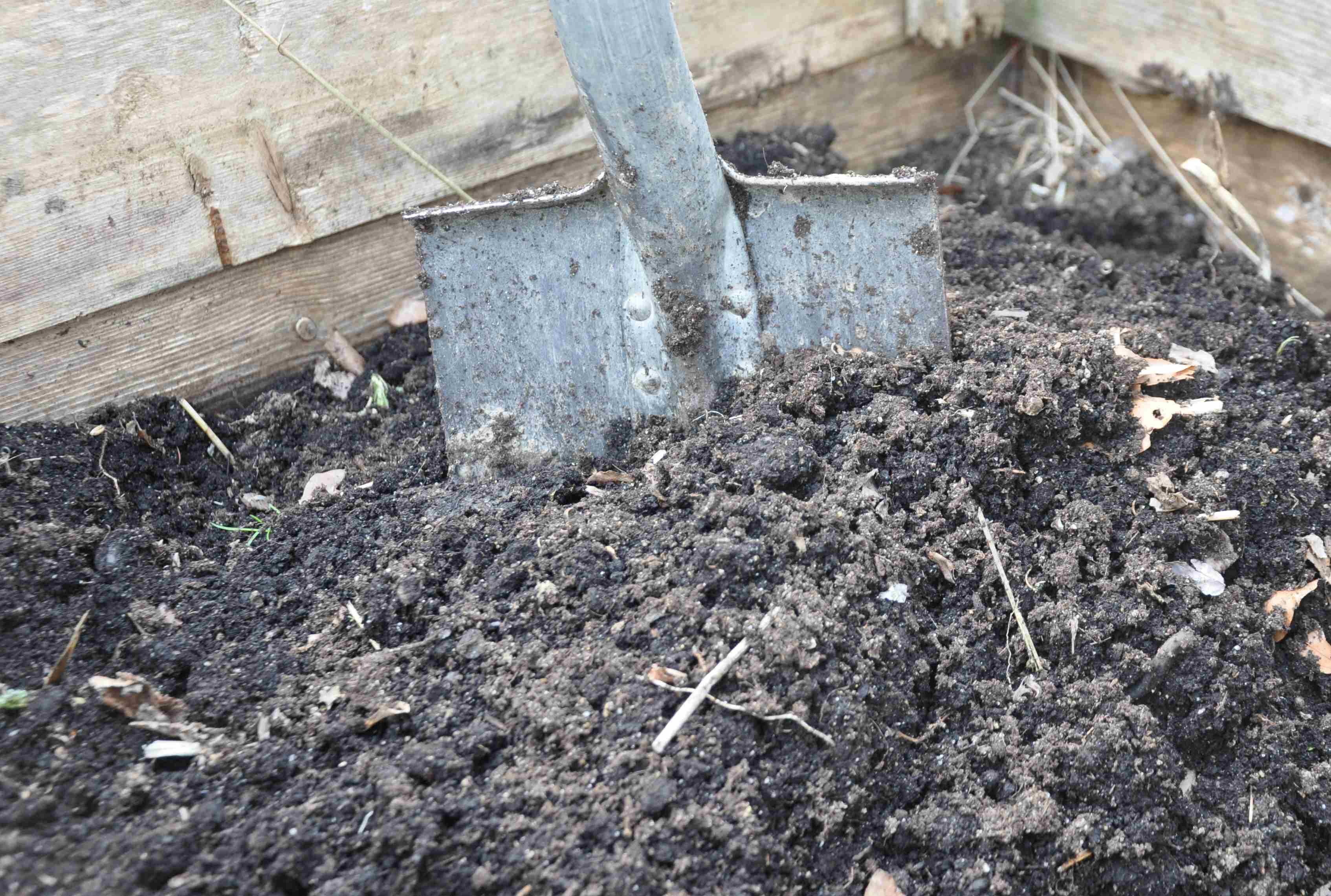 Torv och kompost bättrar på jordens struktur och gör den luftigare.