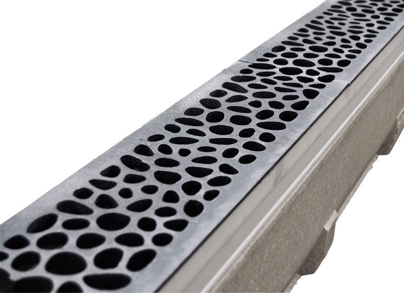 Gjutjärnsbetäckningar på körbara vattenrännor för hårdgjorda ytor.