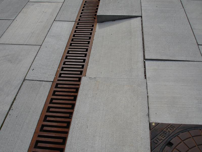 Avvattningsrännor slukar dagvatten i hårdgjorda ytor.